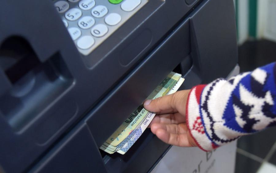 حکومت کا بینکنگ سیکٹر جزوی بند کرنے کا فیصلہ