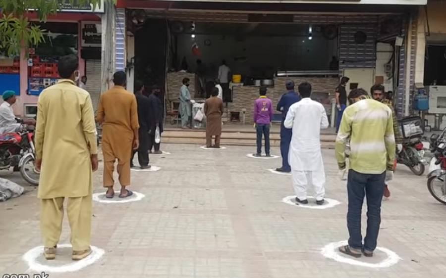 سماجی فاصلہ قائم رکھنے کے لیے لاہور میں تندور کے باہر گاہکوں کے لئے نشان لگا دیے گئے
