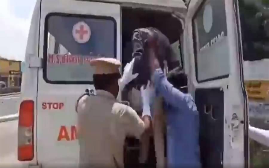 آوارہ گھومتے نوجوانوں کو پولیس نے ایمبولینس میں کورونا کے مریض کے پاس چھوڑ دیا، پھر کیا حالت ہوئی؟ ویڈیو دیکھ کر ہنسی نہ رکے