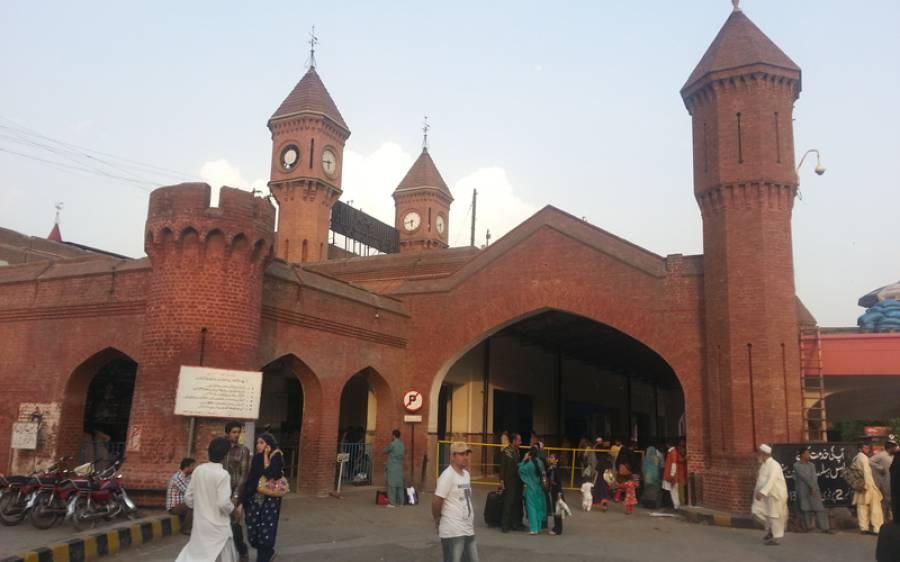 لاہور ریلوے اسٹیشن پر کھڑی قرنطینہ کوچ میں آگ بھڑک اٹھی