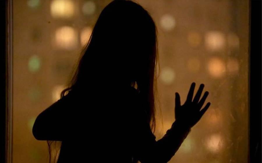12 سالہ لڑکی سے زیادتی کرنے کے لیے 1 ماہ تک اُس کے بیڈ میں چھپ کر رہنے والا شخص