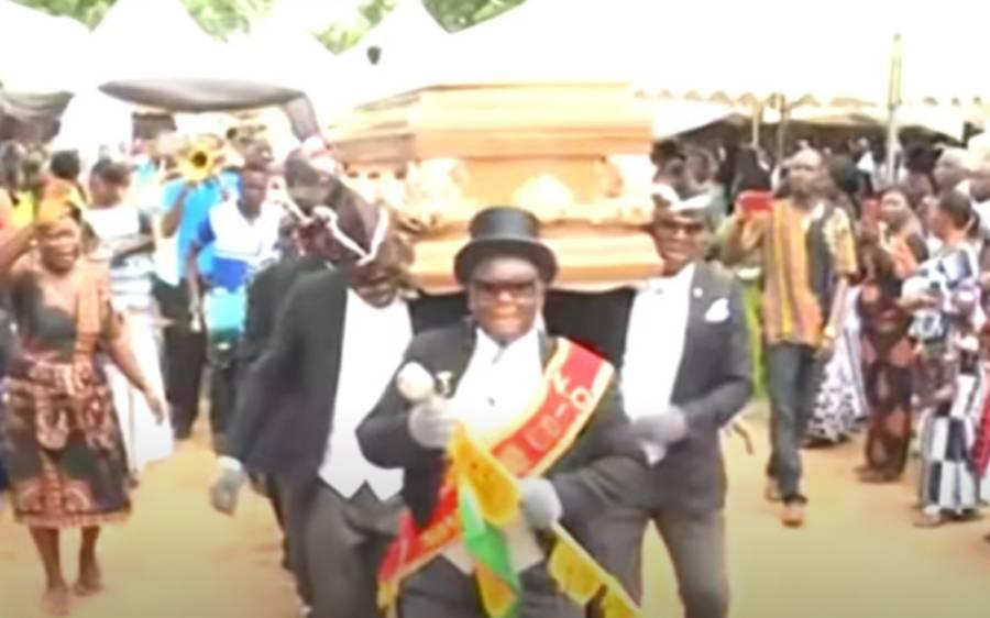 جنازہ کندھوں پر اٹھا کر رقص کرنے والے ان لوگوں کی ویڈیو وائرل، لیکن دراصل یہ کون ہیں؟ آپ بھی جانئے