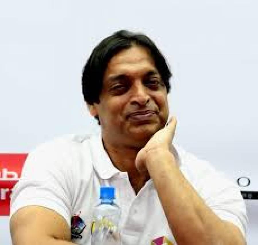 شعیب اختر نے شاہ رخ خان کا دستخط کردہ ہیلمٹ نیلامی کیلیے پیش کردیا