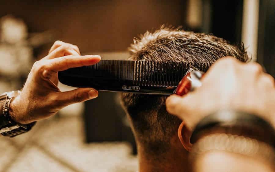 ہجام کی دکان میں بال کٹوانے آئے گاہک نے عملے کو اتنی زیادہ ٹپ دیدی کہ دکان مالک کی آنکھوں سے آنسو جاری ہو گئے