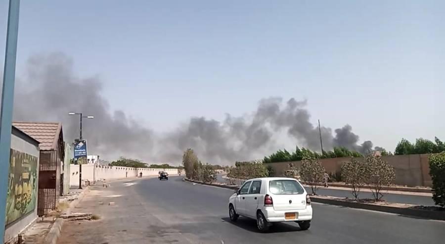 کراچی میں پی آئی اے کا طیارہ گر گیا، 100 سے زائد افراد کے سوار ہونے کی اطلاعات ،تین لاشیں ہسپتال منتقل، طیارہ مکمل تباہ ہوگیا: نجی ٹی وی چینل کا دعویٰ