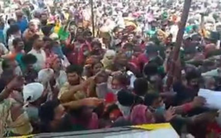 بھارت میں گائے کے دفنانے کے لیے ہزاروں لوگوں نے لاک ڈاﺅن توڑ دیا
