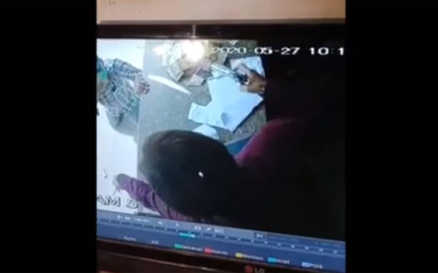 کراچی میں ڈکیتی کیلئے آنے والے ڈاکو کو لینے کے دینے پڑگئے، دکاندار نے زندگی کا سب سے بڑا جھٹکا دے دیا