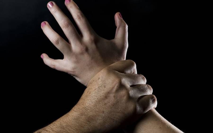 لاہور میں چار افراد کی نوجوان لڑکی کے ساتھ شوہر اور بچوں کے سامنے جنسی زیادتی اور پھر جاتے ہوئے۔۔۔ افسوسناک خبر