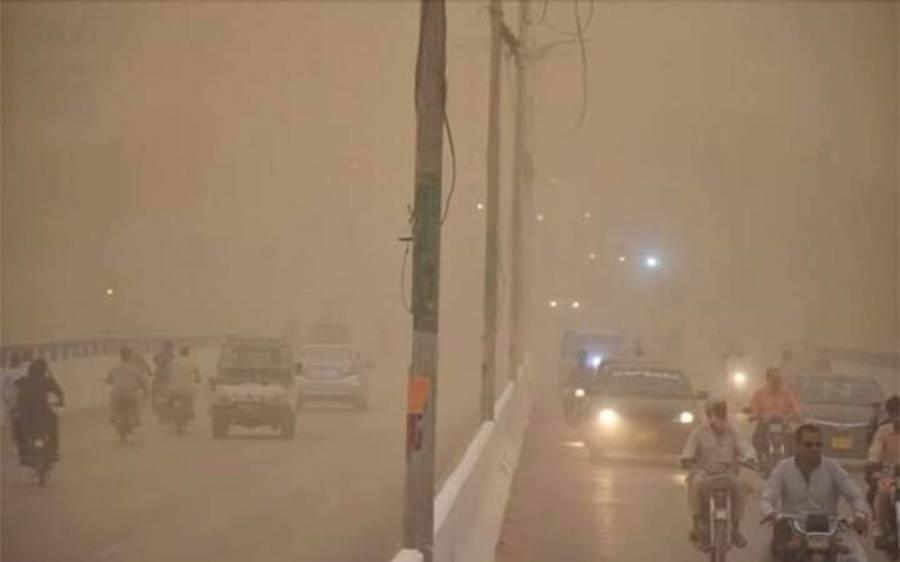 کراچی میں ریت کے طوفان نے تباہی مچادی، کئی افراد جان کی بازی ہار گئے