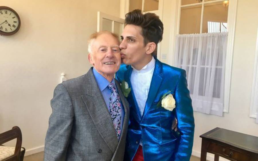 'اب میں اس کی دولت انجوائے کرنا چاہتا ہوں' 81 سالہ بزرگ سے شادی کرنے والے 27 سالہ لڑکے کا 'بیوہ' ہونے کے بعد اعلان