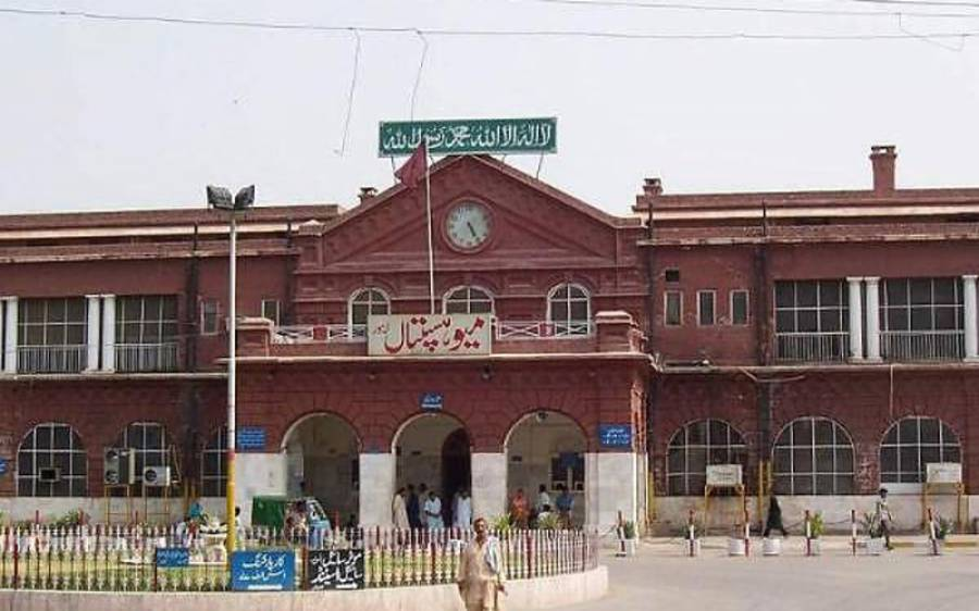 لاہور کے بڑے ہسپتال میں حفاظتی اقدامات نہ ہونے پر ڈاکٹروں نے کورونا وارڈ میں ڈیوٹی سے انکار کردیا