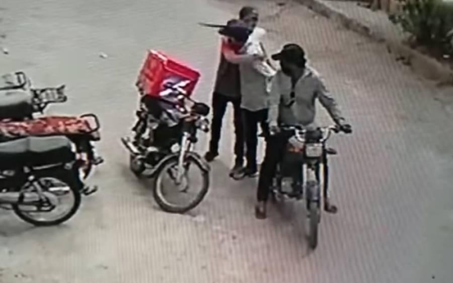 کراچی میں ڈاکوؤں نے فوڈ ڈلیوری بوائے کو گلے لگا لیا، لوٹا گیا سامان بھی واپس، ویڈیو وائرل
