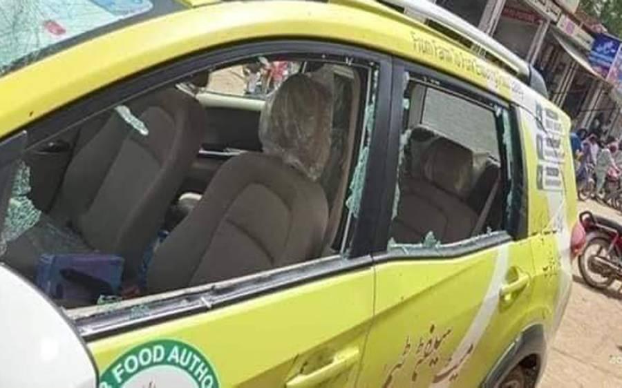 """""""میں نے اپنی ماں اور بھائی کے انتقال کے بعد پہلے دن دوکان کھولی ہے ،جرمانہ نہ کریں""""مرغی فروش نے بات نہ ماننے پر فوڈ اتھارٹی کے تین اہلکاروں پر گنڈاسے سے حملہ کردیا"""