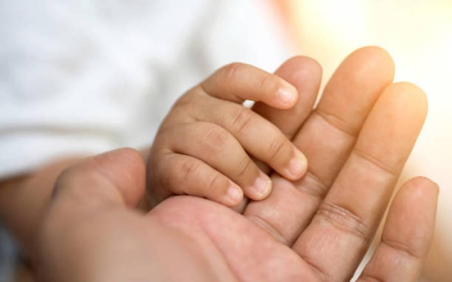 نشے کے عادی ماں باپ نے اپنی لت پوری کرنے کے لیے نومولودبچہ 14 لاکھ روپے کا بیچ دیا