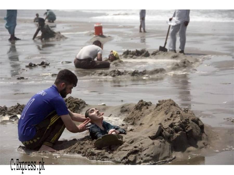 سورج گرہن لیکن یہ لوگ اپنے بچوں کوکراچی کے ساحل پر مٹی میں کیوں دبا رہے ہیں؟ یقین کرنا مشکل