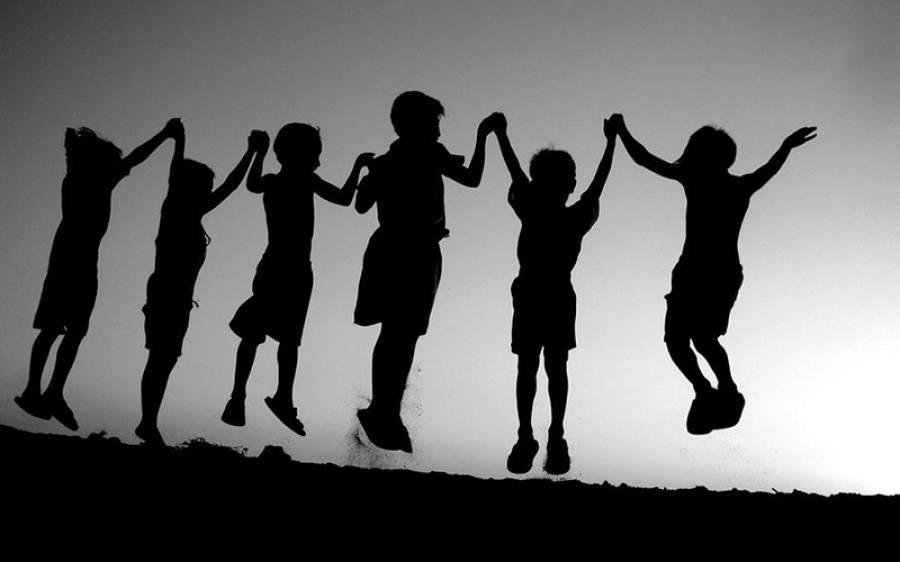 'بچوں کو سکول میں ڈالنے کا کوئی فائدہ نہیں' سابقہ ٹیچر کا فیصلہ، اپنے بچوں کی پرورش کا کیا طریقہ نکالا؟ جان کر آپ کو بھی حیرت ہو