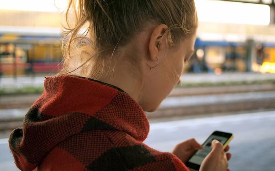 پیدل چلتے ہوئے موبائل فون کے استعمال پر پابندی لگ گئی مگر کس جگہ ؟