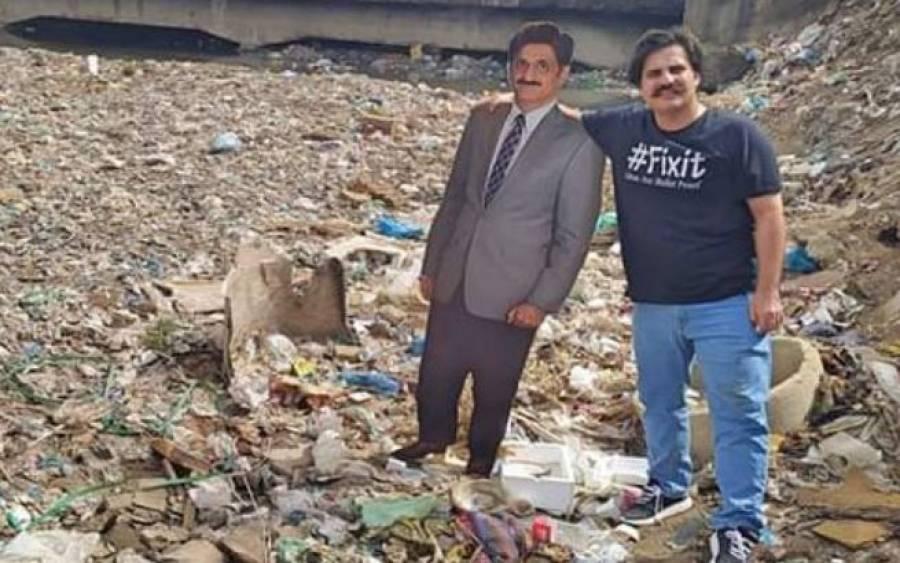 تحریک انصاف کے رکن اسمبلی وزیراعلیٰ سندھ کا مجسمہ اٹھا کر گجر نالے کے کچرے پر پہنچ گئے، انوکھا احتجاج