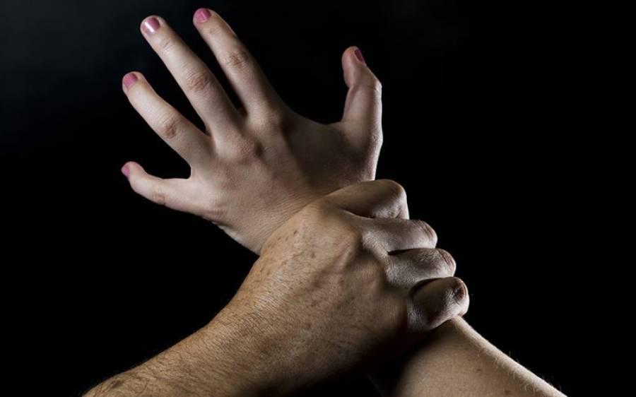 باپ نے بیٹی کی فحش ویڈیو بنالی، 4 سال تک زیادتی کرتا رہا، ماں نے رنگے ہاتھوں پکڑا تو انتہائی شرمناک حرکت کردی