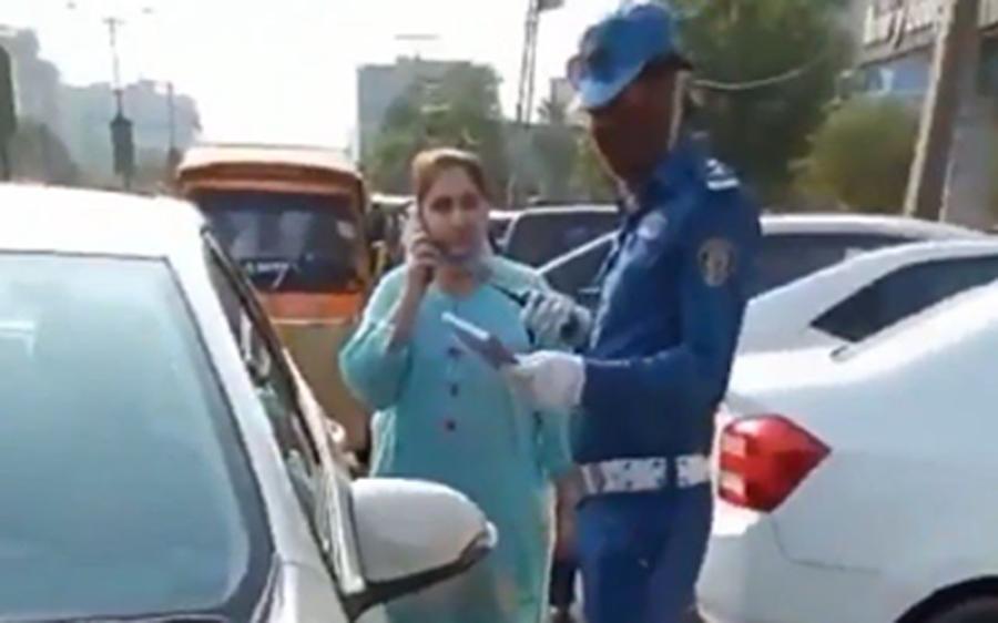 لاہور کے علاقے گلبرگ میں خاتون نے ٹریفک وارڈن کو تھپڑ مار دیا لیکن اب وہ خاتون کہاں ہے؟ جان کر آپ کے غصے کی انتہا نہ رہے گی