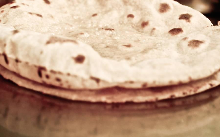 وزیراعظم کا نوٹس بھی کام نہ آیا، پشاور میں ہی شہری ایک روٹی 15 روپے میں خریدنے پر مجبور