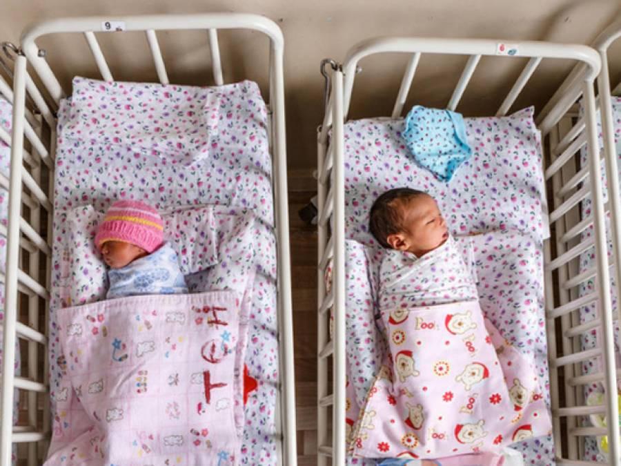 جہاز میں جڑواں بچیوں کی پیدائش،خاتون کتنے ماہ کی حاملہ اور کہاں سے آ رہی تھی؟تفصیلات جان کر سب ہی ششدررہ جائیں