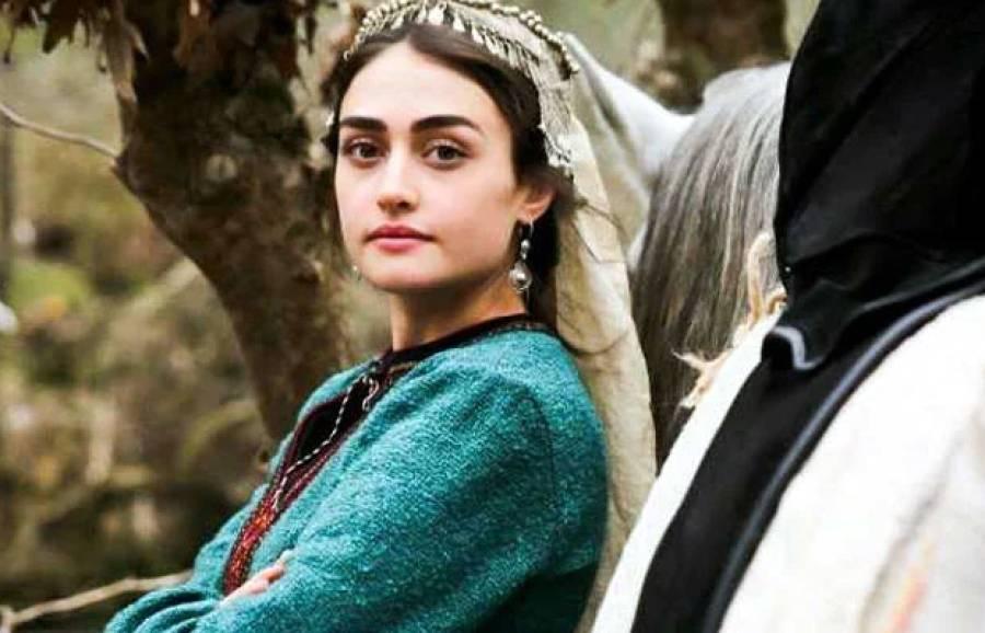"""""""ارتغرل"""" کی """"حلیمہ سلطان"""" نے نیم برہنہ تصویر شیئر کر دی مگر ساتھ ہی انہوں نے کس چیز پر پابندی عائد کر دی؟"""