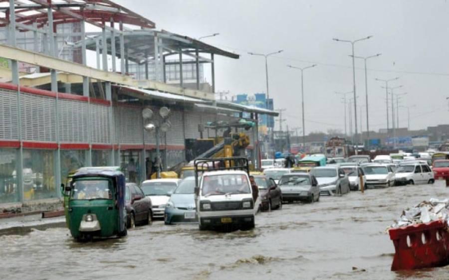 پشاور میں موسم گرما کی پہلی بارش کے بعد سڑکیں تالاب کا منظر پیش کرنے لگیں