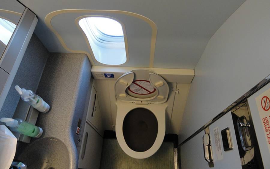 دوران پرواز ایئرہوسٹس کو جہاز کے ٹوائلٹ میں کاغذ کا ٹکڑا مل گیا، اس پر کیا لکھا تھا؟ دیکھتے ہی افراتفری پھیل گئی، ہنگامی لینڈنگ