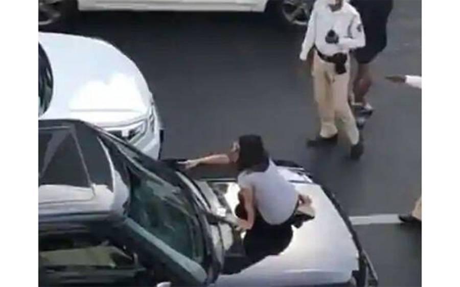 سڑک پر خاتون نے شوہر کی گاڑی میں اجنبی لڑکی کو بیٹھے دیکھ لیا، رنگے ہاتھوں پکڑنے کے بعد بیچ چوراہے ہی کیا کر دیا؟ دیکھ کر ہی مرد توبہ کر لیں