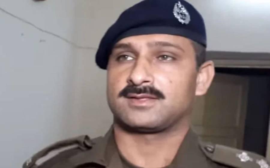 پنجاب پولیس کے سب انسپکٹر کا شاندار کارنامہ ، آئی جی نے انعام کے طور پر پیسے دئیے تو لفافے میں سے کیا نکلا؟جان کر آپ کی بھی ہنسی چھوٹ جائے