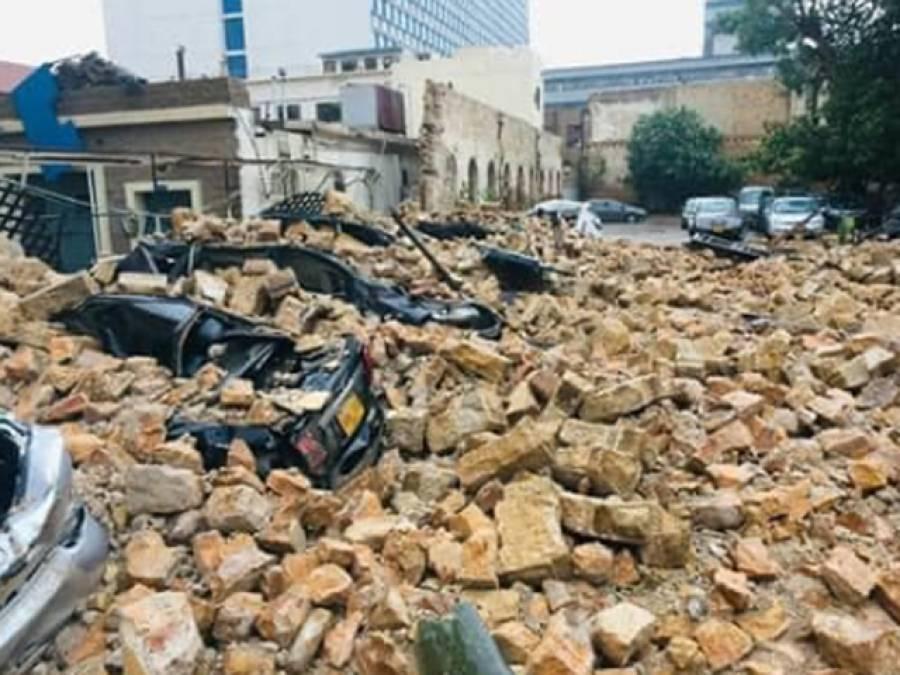 بارش کے باعث پارکنگ کی دیوار گرنے سے کروڑوں روپے کی گاڑیاں تباہ