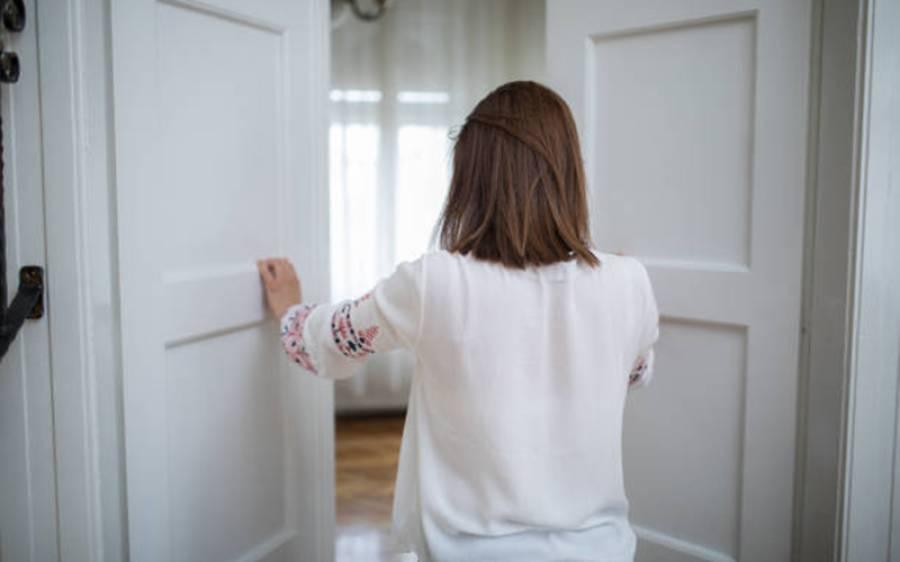 آدھی رات کو دروازے پر ایک دستک نے نوجوان لڑکی کی زندگی بدل دی، سب سے بڑا دھوکہ بے نقاب ہوگیا