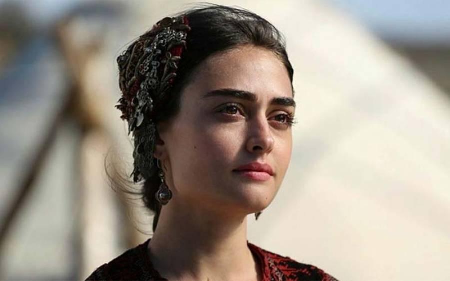 """ترک ڈرامے """" ارتغرل """" میں حلیمہ کا یادگار کردار نبھانے والی اداکارہ اسراءبیلجک کو پاکستان میں اپنا نمبر 1 مل گیا ، بحث شروع"""