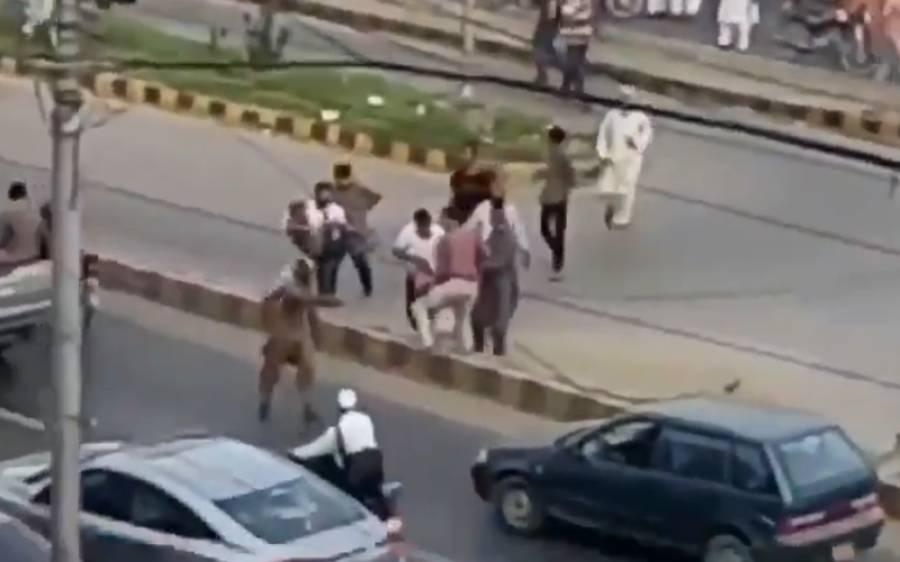 جماعت اسلامی کی ریلی میں کریکر حملہ،زخمیوں کو کیسے ہسپتال لیجایا گیا؟راہگیروں کےشرمناک سلوک نے انسانیت کو شرمندہ کردیا