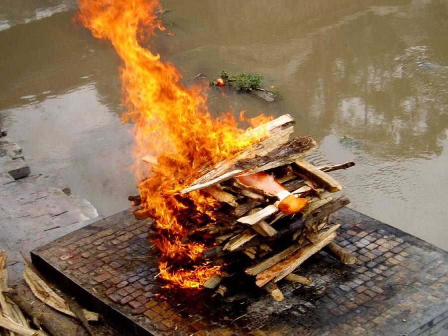 بھارت میں نابالغ لڑکی کا قتل، پولیس نے چتا کی آگ بجھا کر آدھی جلی لاش نکال لی اور پھر ۔۔۔