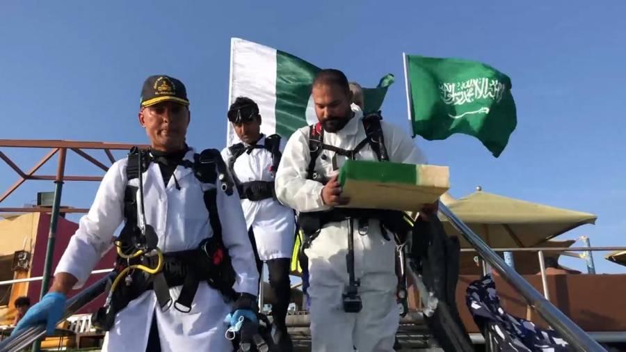 پاکستان کا جشن آزادی ، جدہ کے سمندر میں یوم آزادی کیک کاٹنے کا انوکھا انداز، تصاویر نے دھوم مچا دی