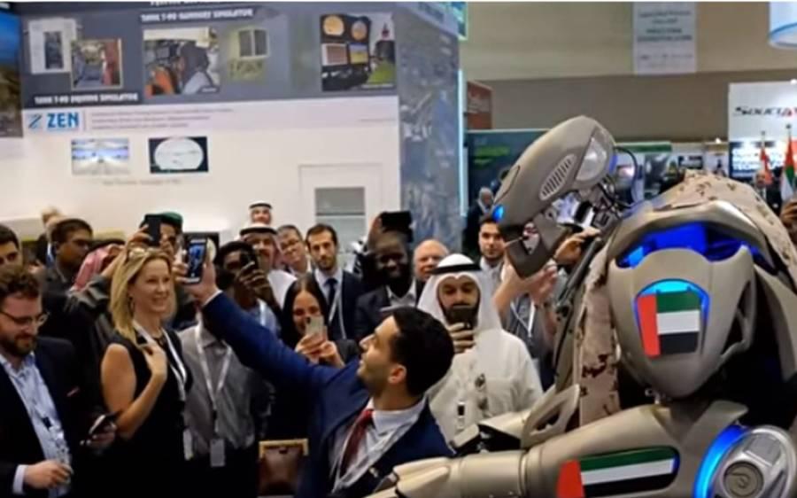 کیا بحرین کے امیر دبئی کے دورے پر اپنے روبوٹ باڈی گارڈ کے ہمراہ پہنچے؟ انٹرنیٹ پر وائرل تصویر کی حقیقت سامنے آگئی