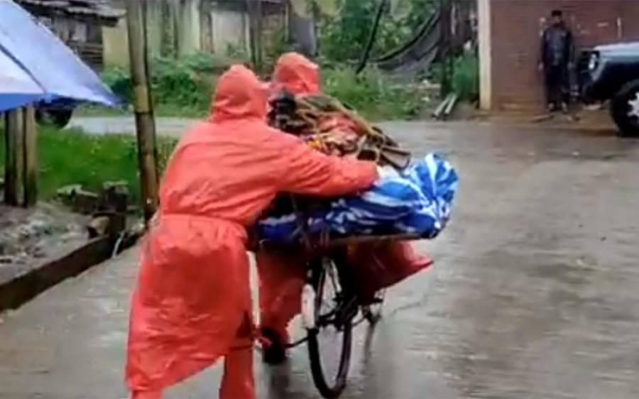 کورونا وائرس، بھارت میں طبی سہولیات کی کمی، شہری اپنے پیاروں کی لاشیں کس چیز پر اور کس طرح رکھ کر لے جانے پر مجبور ؟ افسوسنا ک ویڈیو
