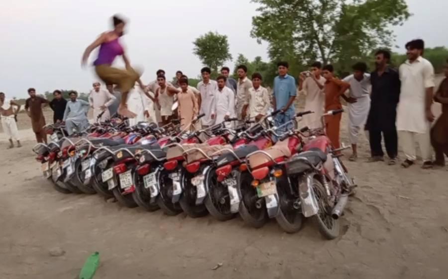 11 موٹر سائیکلوں کے اوپر سے چھلانگ لگانے والے محمد آصف کا ریکارڈ ٹوٹ گیا، بھکر کے نوجوان نے کمال کر دیا