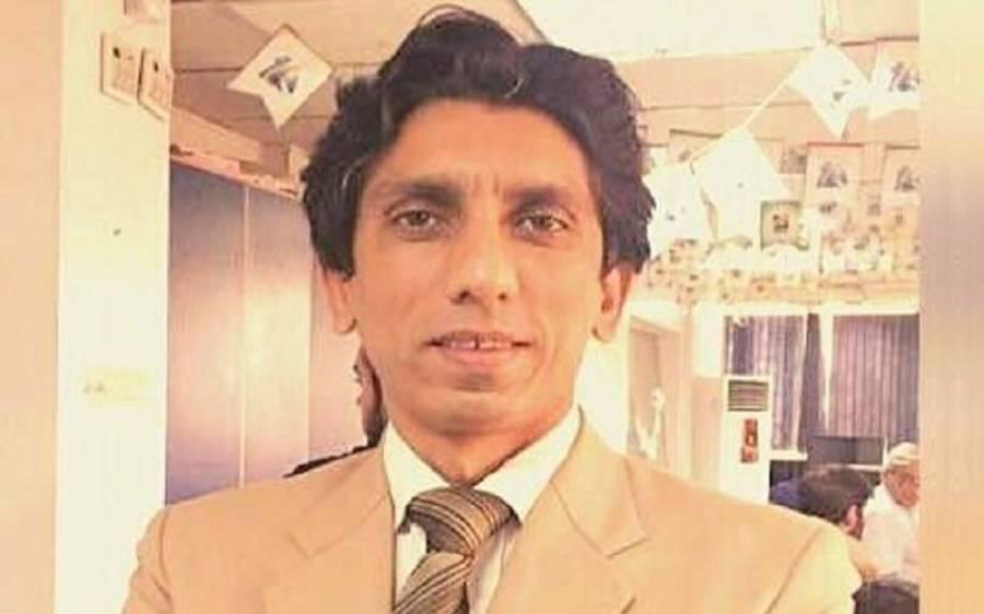 لڑکی سے ہاتھ ملانے کا الزام لگانے والے صحافی اعزاز سید نے مولانا طارق جمیل سے معذرت کرلی