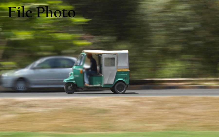 ٹریفک چالان کی سینچری مکمل ہونے پر لاہور میں رکشہ ڈرائیور کو گرفتار کرلیا گیا