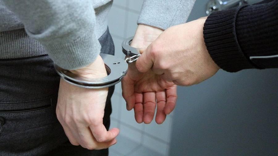 پولیس اہلکار آئس ہیروئن بیچتے ہوئے رنگے ہاتھوں پکڑے گئے