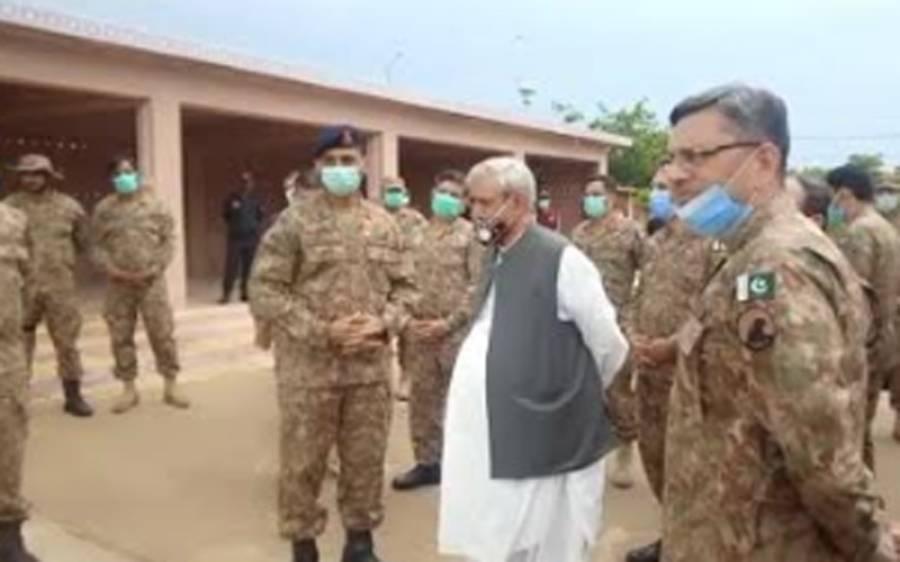 وفاقی وزیر سید فخر امام ضلع تھرپارکر میں فصلوں کو ٹڈی دل کے حملوں سے محفوظ بنانے کے کام کا جائزہ لینے مٹھی پہنچ گئے