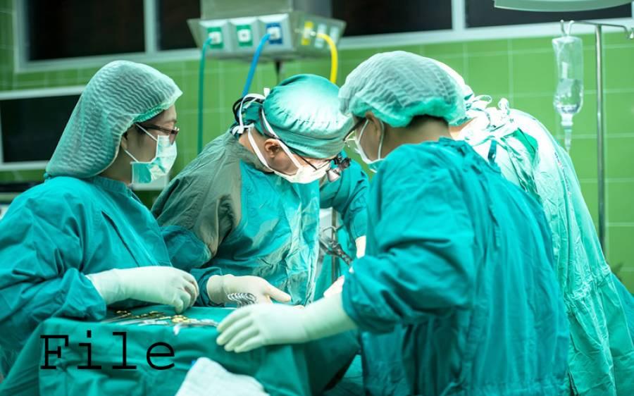 خاتون کا آپریشن، ڈاکٹرز پیٹ کے اندر ایسی چیز بھول گیا کہ دوبارہ آپریشن کرنا پڑ گیا