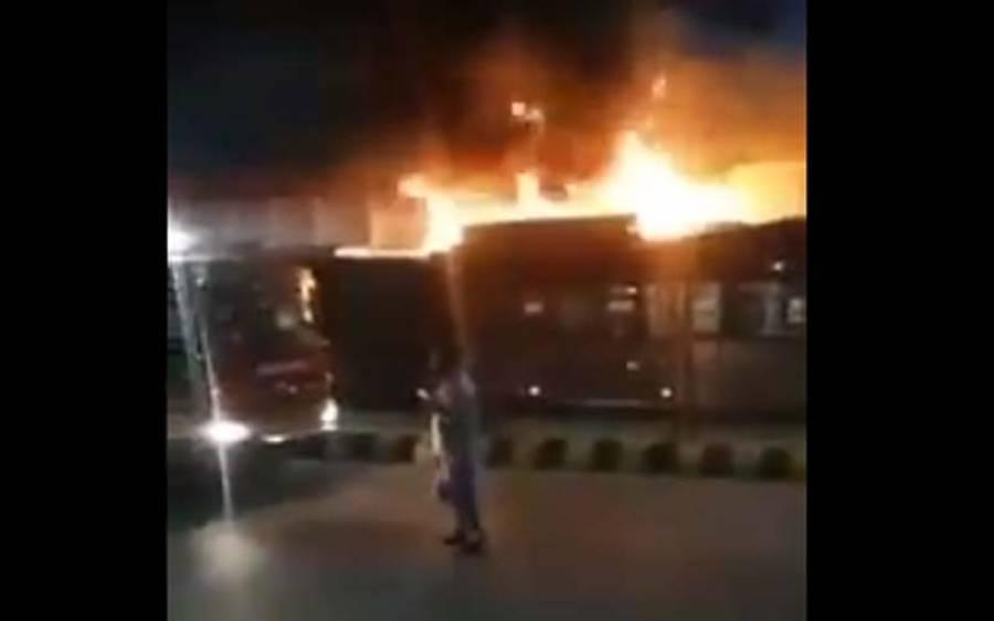 بی آر ٹی بس میں اچانک آگ بھڑک اٹھی
