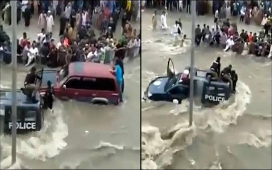پولیس اہلکار سیلابی ریلے میں پھنس گئے، پھر کراچی کے شہریوں نے کیا کام کیا؟ جان کر آپ بھی داد دیں گے