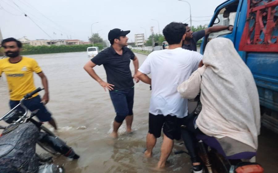 اقرار الحسن نے بارش میں پھنسے لوگوں کی مدد کیلئے ٹرک چلوایا لیکن بارش اتنی زیادہ ہوگئی کہ خود بھی پھنس گئے