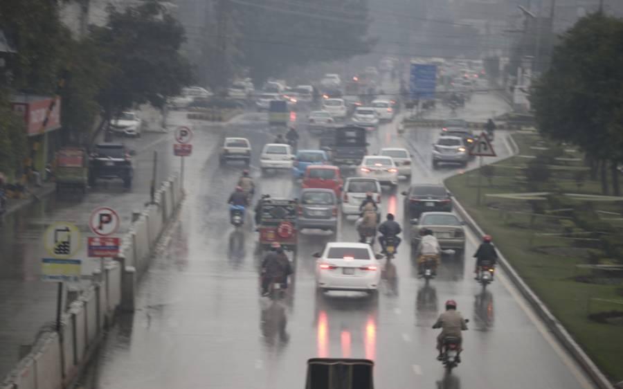 لاہور کے مختلف علاقوں میں بارش، نشیبی علاقوں میں پانی جمع، لوگوں کو مشکلات