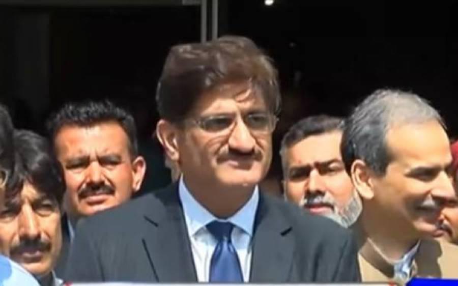 کراچی کی صورتحال کا جائزہ لینے کے لیے نکلے وزیراعلیٰ سندھ کی پریشان حال خاتون کی مدد، پولیس کو بھی حکم دیدیا